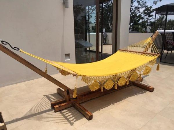 hamaca amarilla en base de madera
